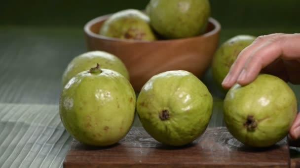 lidská ruka se guava od prkénko