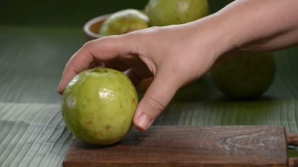 lidská ruka dát guava na prkénku