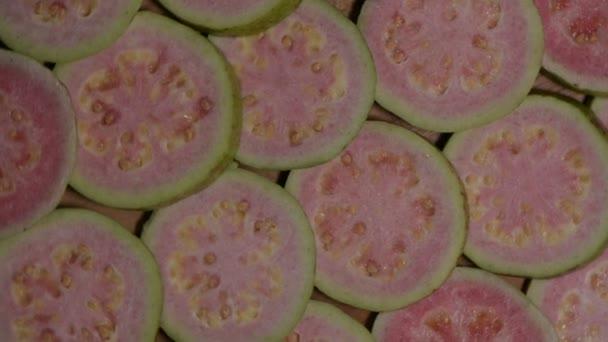 Plátky čerstvých guava otáčí pomalu