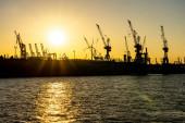 Fotografie Schiff an Brücke berühmte Fischbrötchen am Landungsbrcken in Hamburg