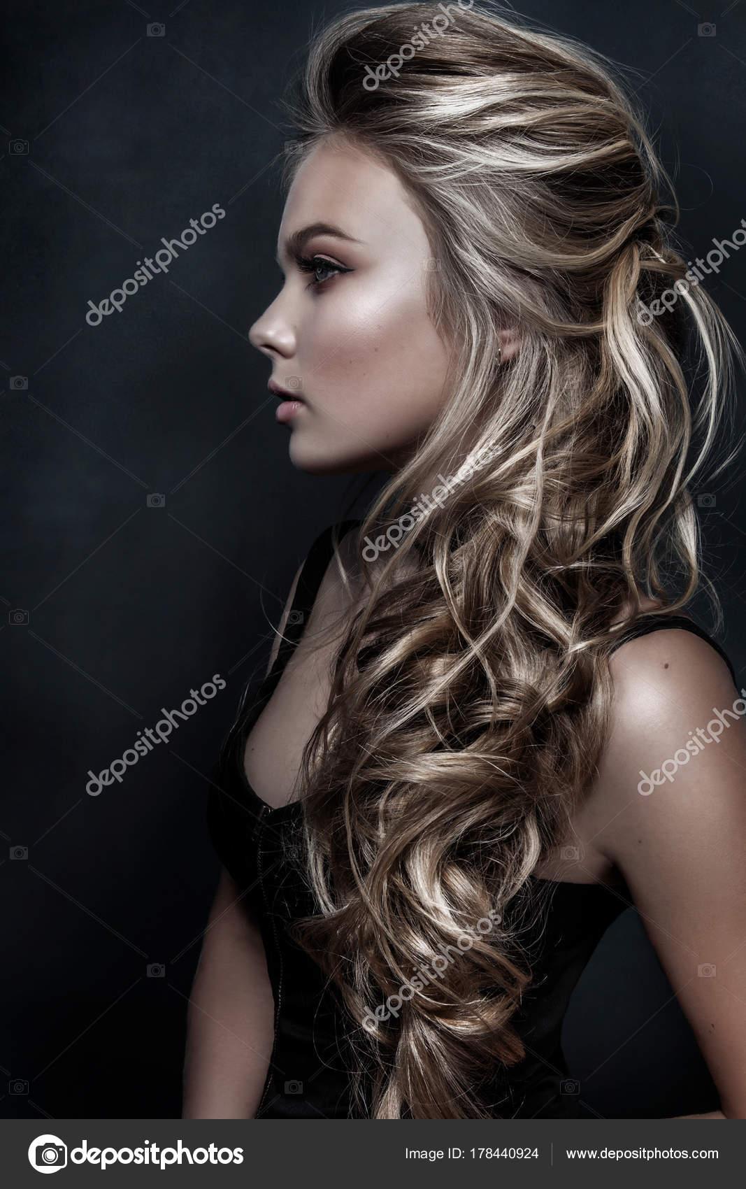 Piękna Dziewczyna Z Długie Falowane Włosy Blondynem Modelu