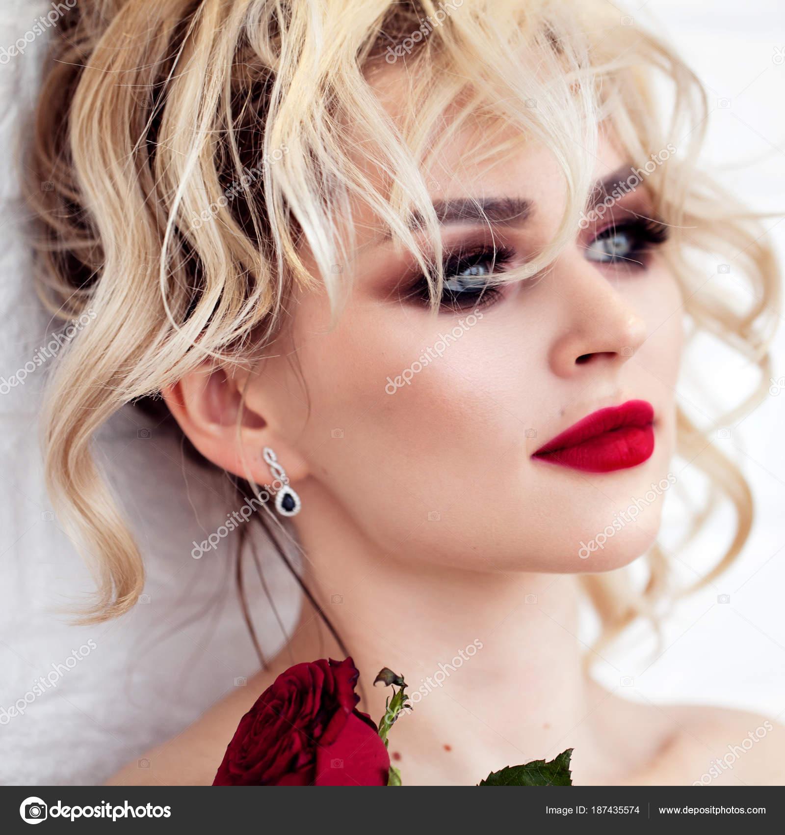 Piękna Blonde Model Dziewczyna Długie Kręcone Włosy Czerwone