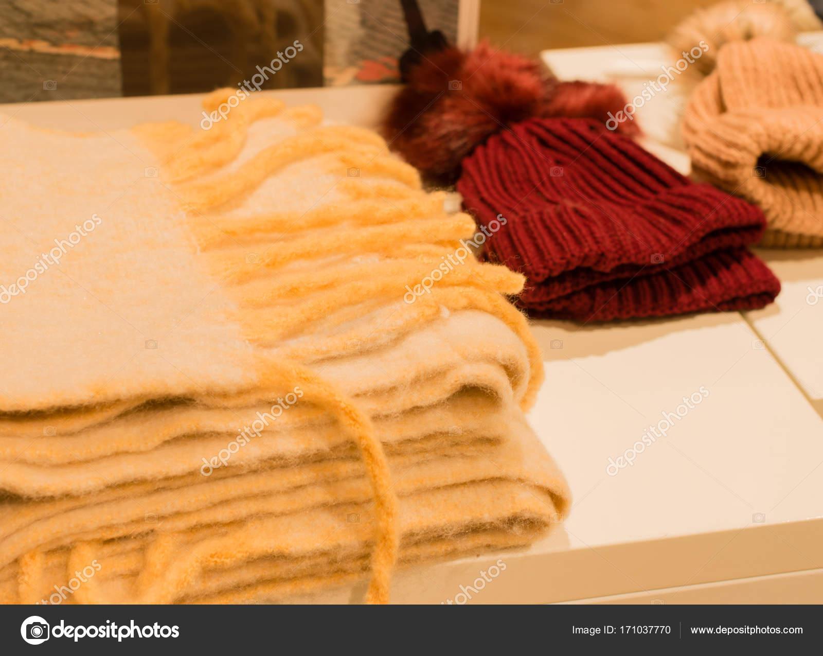 02840bbf69f9 Laine et alpaga châle cap accessoires en soldes d hiver — Image de  vschlichting