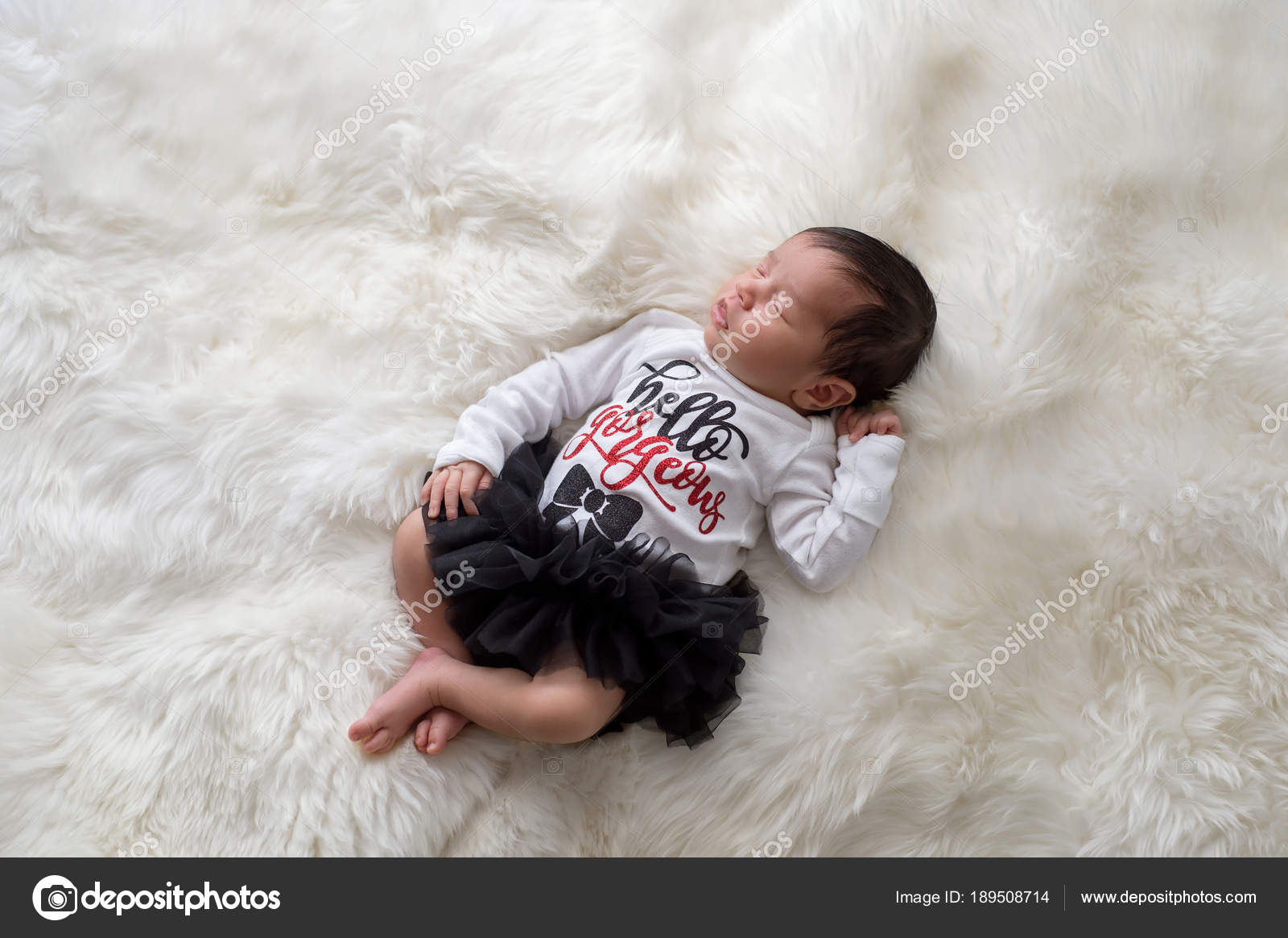 cf57cd1b9 Retrato de una 12 días de edad recién nacido niña vestido con culotte con  volados, negro, tutu y un mono blanco que dicen,
