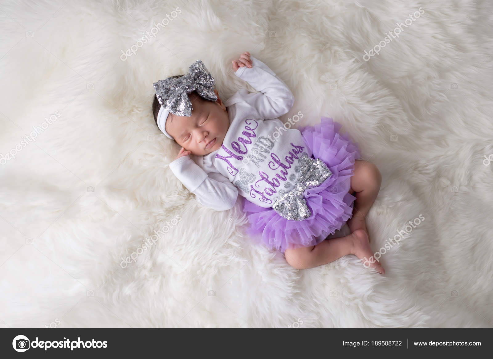 fa74f692b Retrato de una 12 días de edad recién nacido niña vestido con culotte con  volados, púrpura, tutu y un mono blanco que dicen,