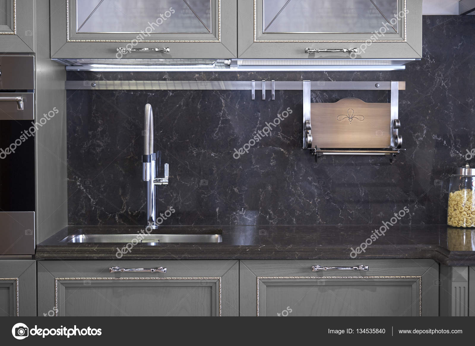 fregadero de acero inoxidable y grifo de cocina — Foto de stock ...