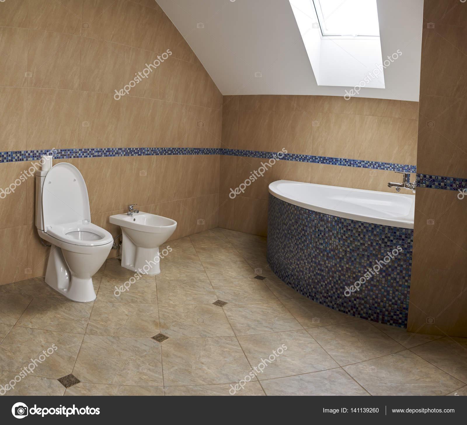Badezimmer Dachboden Im Stil Des Minimalismus Stockfoto