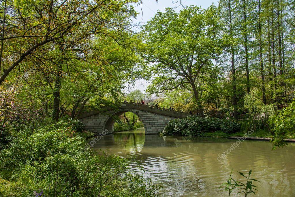 Yangzhou Slender West Lake on the garden waterside