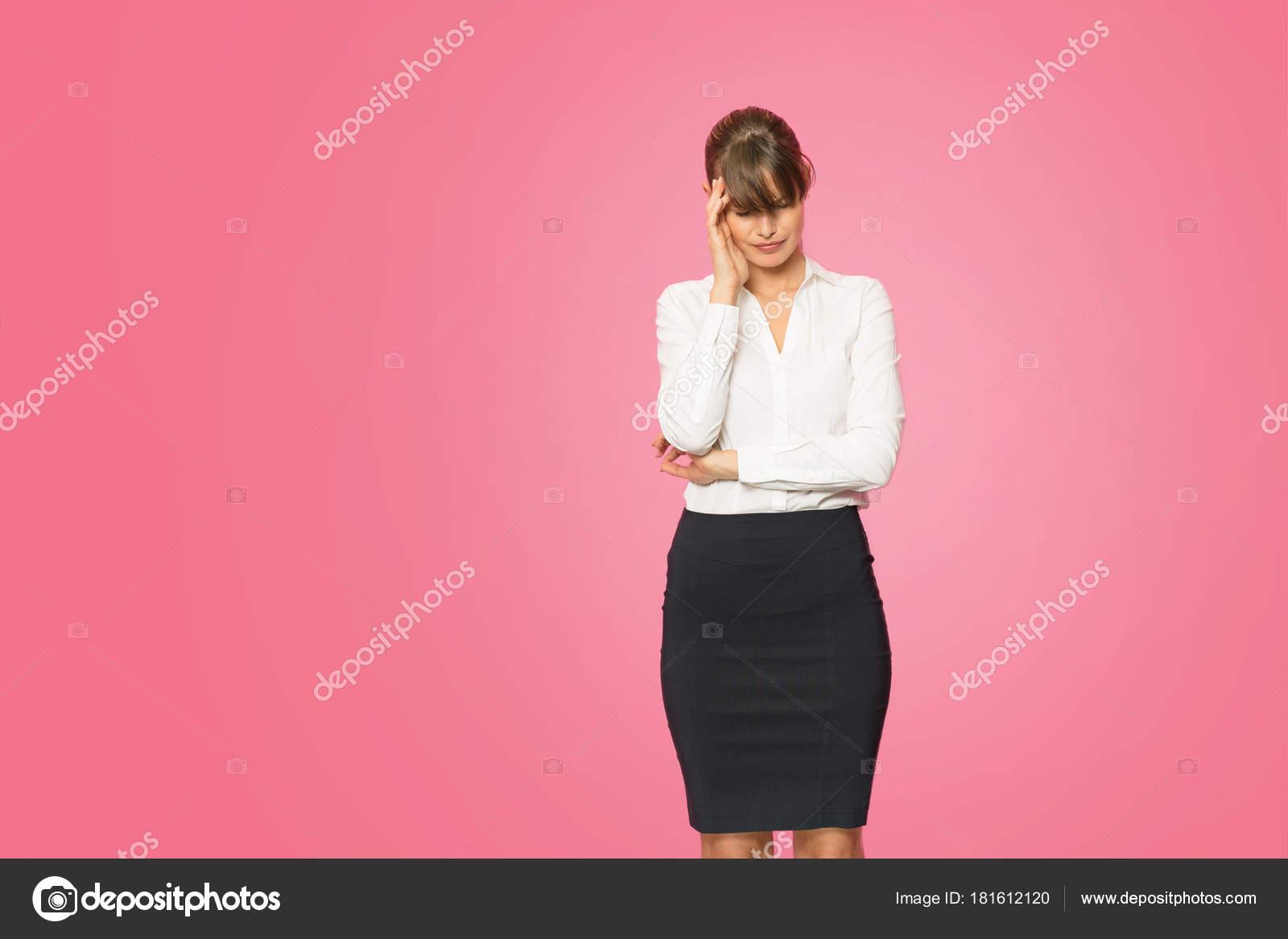 Schone Junge Geschaftsfrau Buro Outfit Steht Auf Rosa Hintergrund Stockfoto C Brasoveanub 181612120