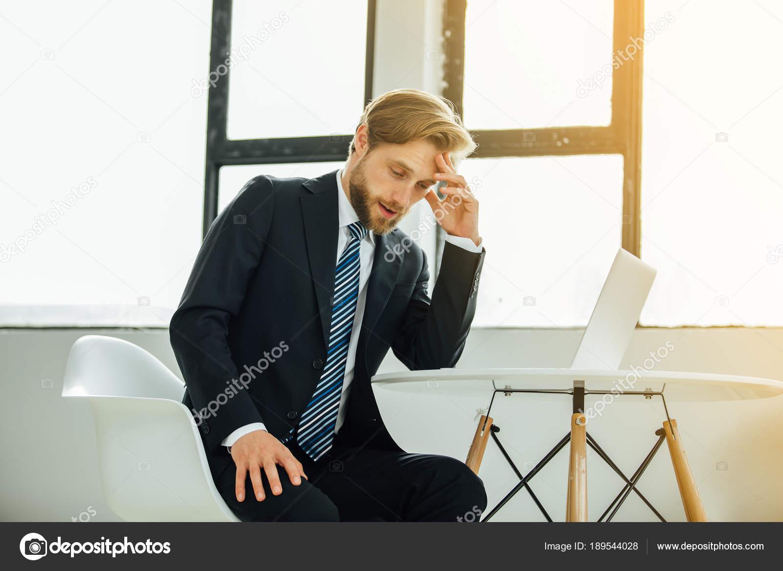 Vestito Elegante Ufficio : Uomo elegante vestito stanco del lavoro ufficio preoccupato