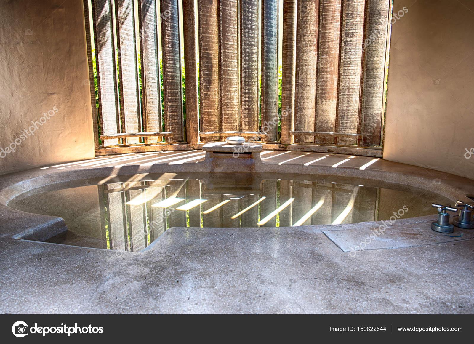Belle salle de bain moderne — Photographie warasit © #159822644