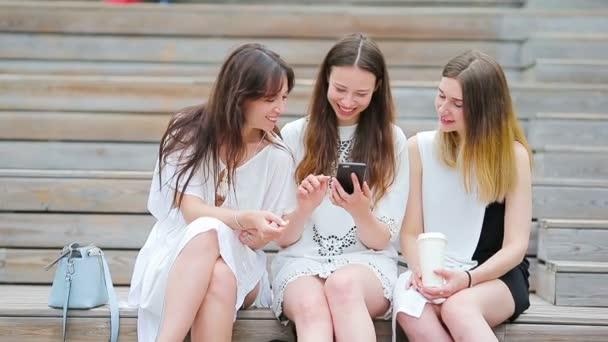 Életmód szelfi portré fiatal pozitív lányok szórakozás és szelfi. Fogalom a barátság és a szórakozás az új trendek és technológia. Legjobb barátok menteni a pillanatot a modern okostelefon