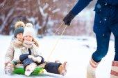 Fotografie Kleine Mädchen Rodeln genießen. Vater seiner wenig liebenswert Töchter Rodeln. Familienurlaub am Heiligabend im freien