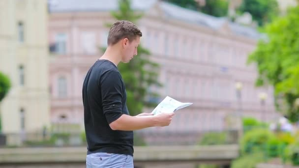 Muž turisty s mapou města a batoh v Evropě. Kavkazská chlapec při pohledu na mapu Evropské město při hledání cíle