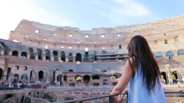 Mladé samice turistické pohledu na Koloseum uvnitř v Římě. Koloseum je hlavní turistické atrakce Rome.