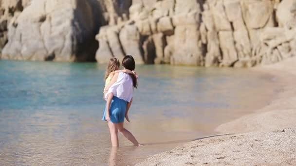 Rodina na pláži na řecké dovolené. Matka a dítě si léto u moře