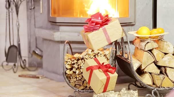 Schöne Kamin dekoriert durch Gabe und Orange für Weihnachten