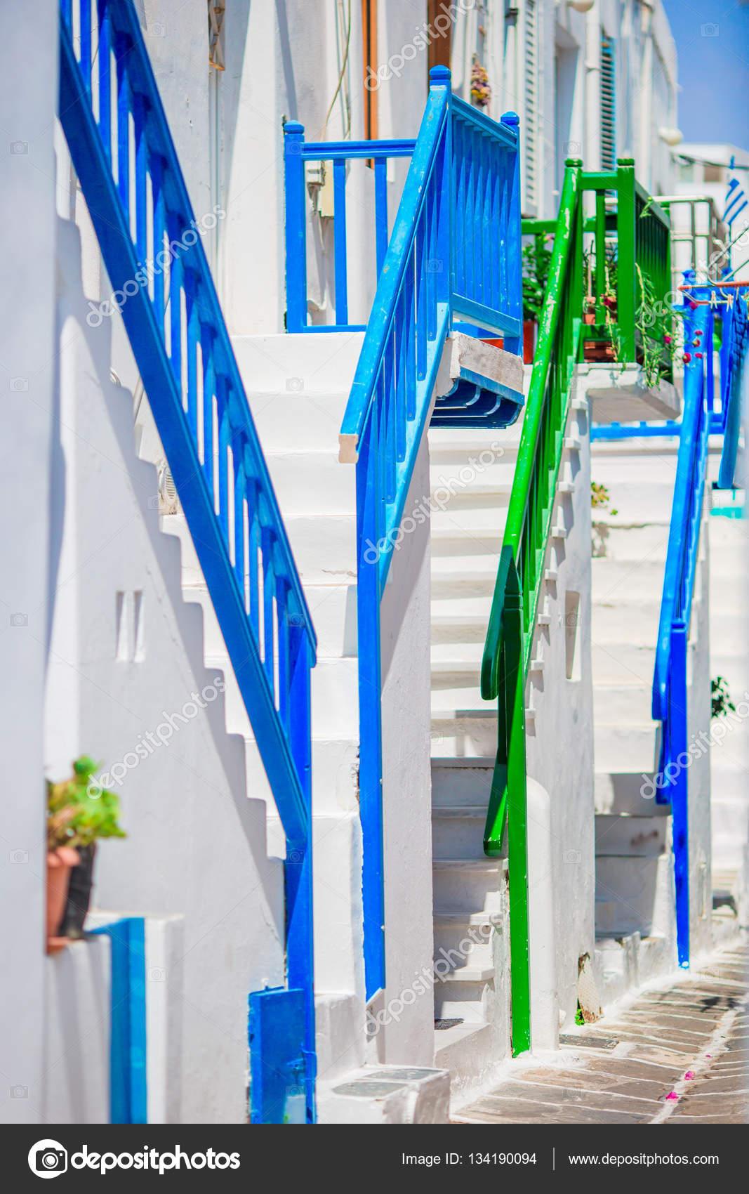 Erstaunlich bunten Treppe an schönen engen Gassen der griechischen ...