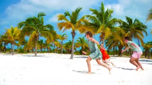 Otec a dítě mít spoustu zábavy na bílé písčité pláži na své dovolené