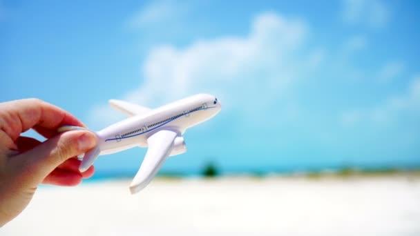 Malé bílé miniaturní letadla na pozadí tyrkysové moře