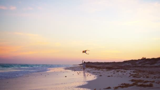 Rozkošná holčička s létání draka na tropické pláži. Děti hrají na břehu oceánu. Dítě s plážové hračky