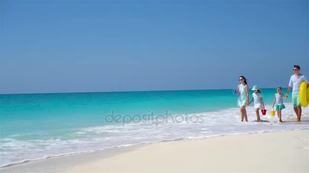 Rodina ze čtyř na tropické pláži s bílým