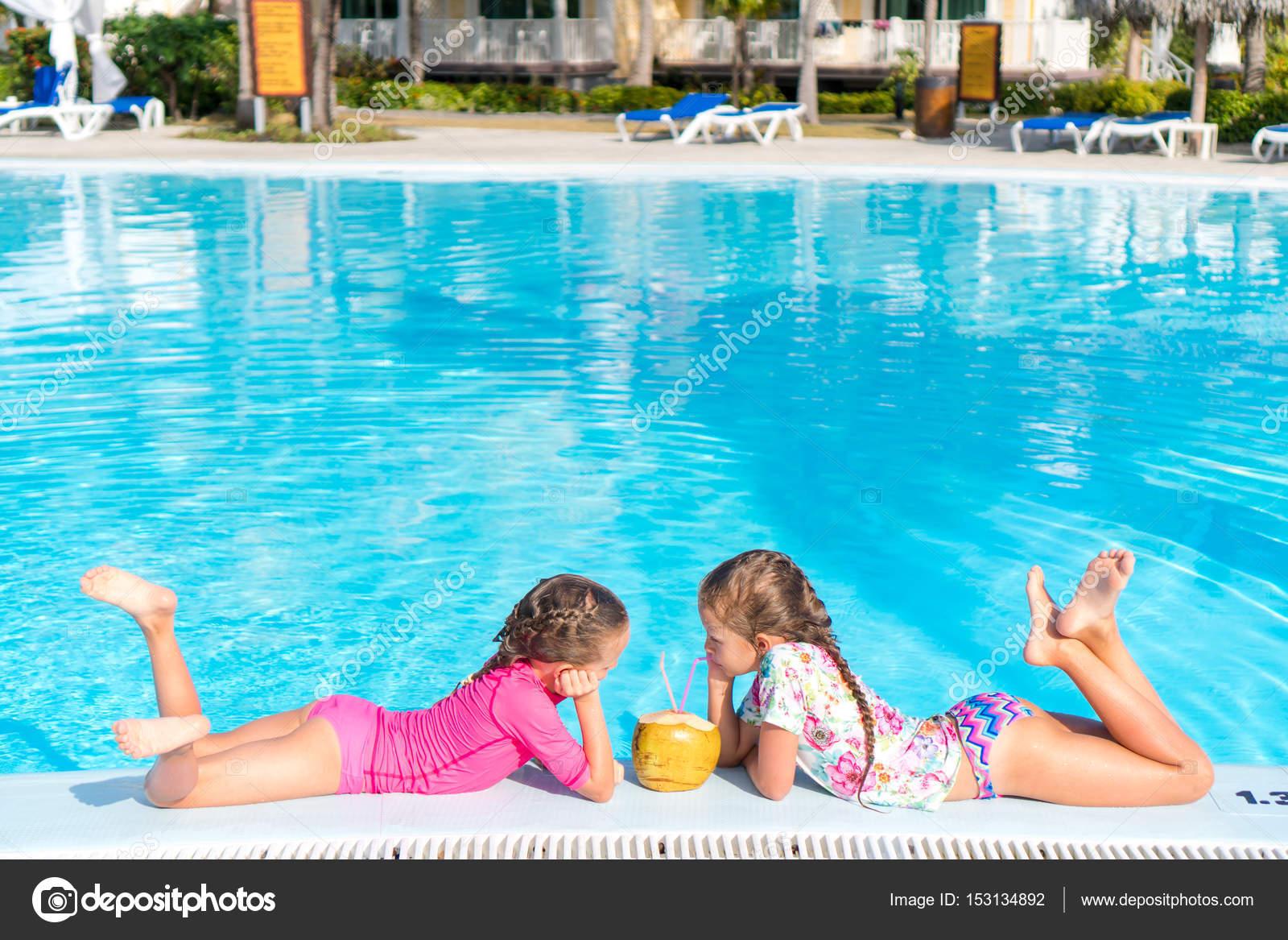 Meninas na piscina ao ar livre bebem o leite de coco stock photo 153134892 - Borsone piscina bambina ...
