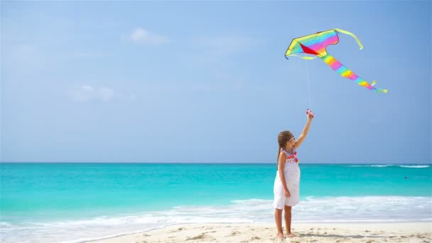 Holčička s létání draka na tropické pláži. Kid hrát na břehu oceánu. Dítě s plážové hračky