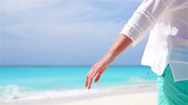 Vértes kezében pár háttérben a tenger. A fiatal pár, fehér strand. Slow Motion Video.