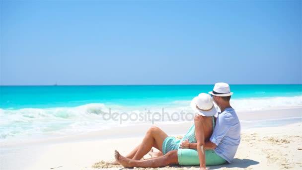 A fiatal pár fehér strand a nyaralás alatt. Boldog lovers élvez-a mézeshetek.