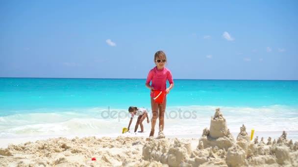 Tropicales Jugando Juguetes Niños Playa Durante Para La Con Felices Vacaciones iuXZOkPT