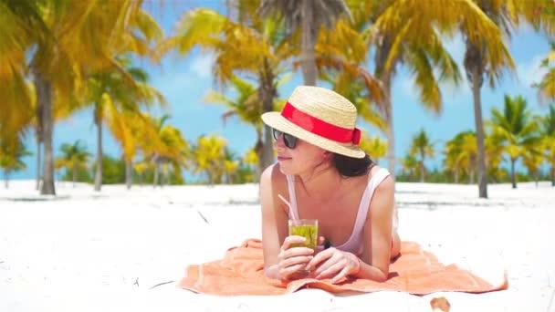 fiatal gyönyörű nő lazíthatnak a koktél a fehér trópusi tengerpart