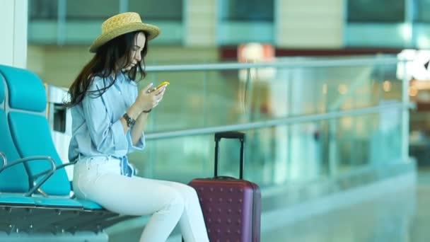Resultado de imagem para mulher esperando aviao