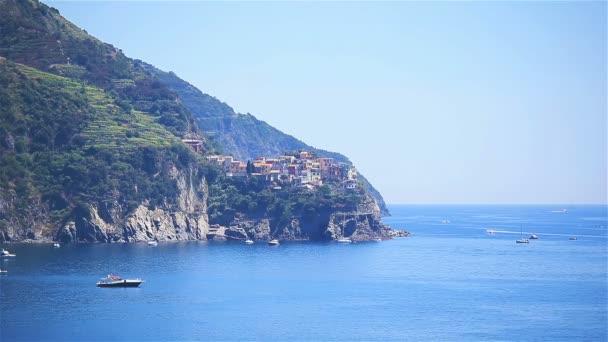 Zobrazit na architektuře staré italské vesnice a krásné zátoky. Corniglia je jedním z nejpopulárnějších staré vesnice v Cinque Terre, Tálie