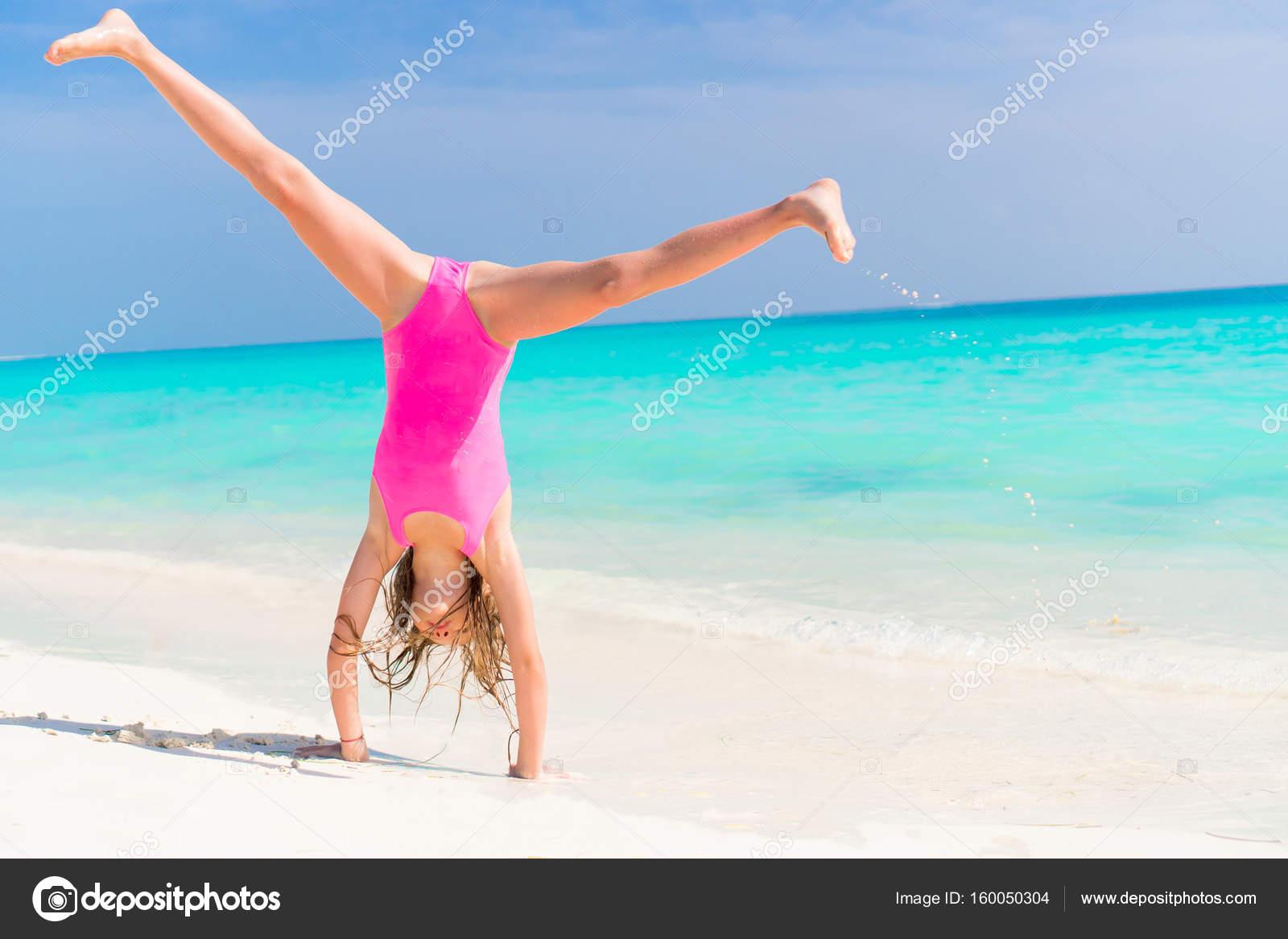 Aktive Kleine Mädchen Am Strand Mit Einer Menge Spaß