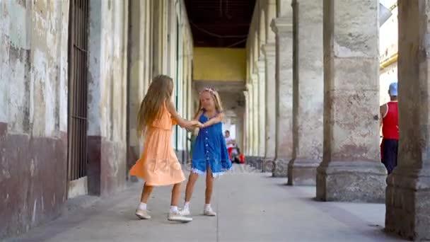 Симпатичные девушки на улице видео
