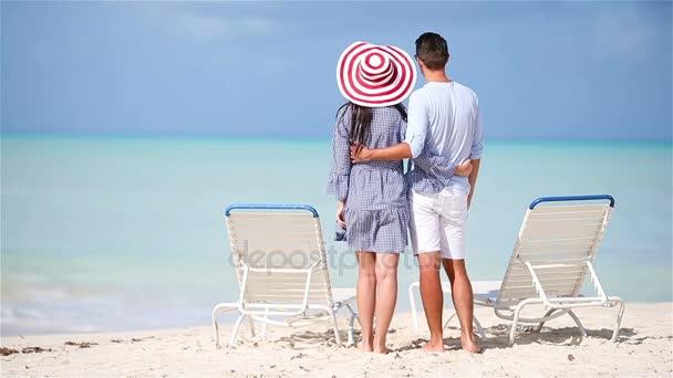 A fiatal pár fehér strand a nyaralás alatt. Boldog család élvez-a mézeshetek