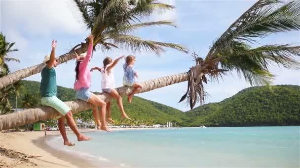 Mladá rodina na dovolenou mít spoustu zábavy na palmového