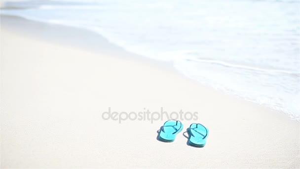 Barevné modré rozcajdaný dvojice na pláži moře