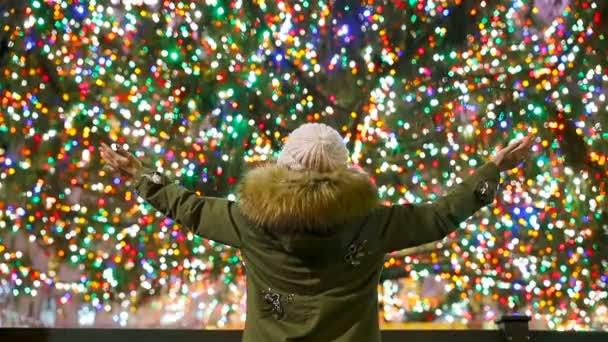 Albero Di Natale New York.Ragazza Felice Sullo Sfondo Dell Albero Di Natale Del Rockefeller A New York Bellissimo Albero Di Natale Al Rockefeller Center