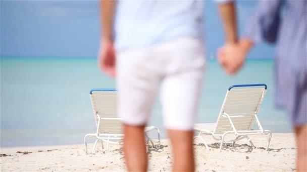 Šťastný pár relaxační na tropické pláži. Rodina dvou chůze společně na Karibik