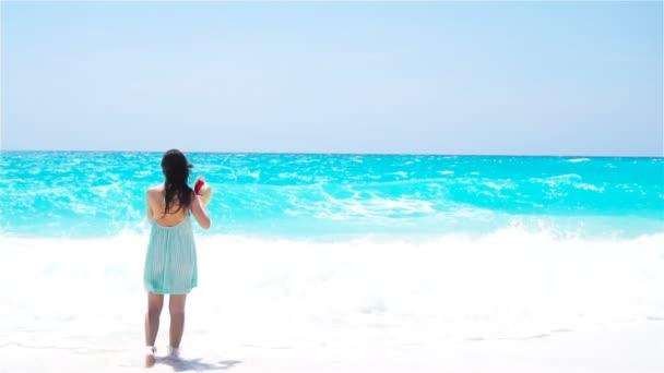Zadní pohled na ženy v letní šaty na pláži