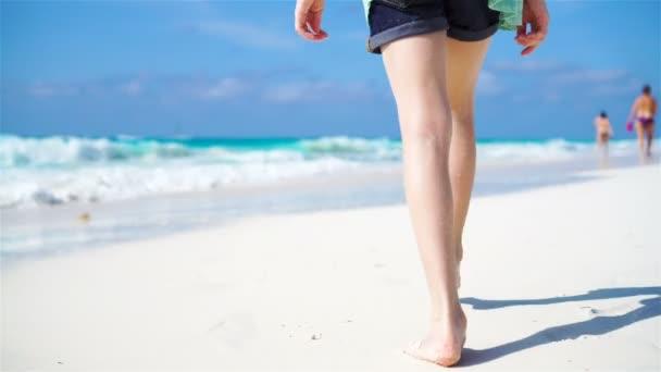 Chiuda in su piedi di bambini a piedi nudi sulla spiaggia.
