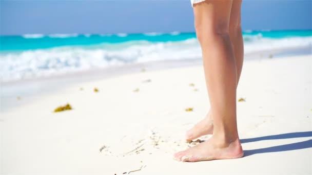 Detailní záběr děti nohy, chůze naboso na pláži.