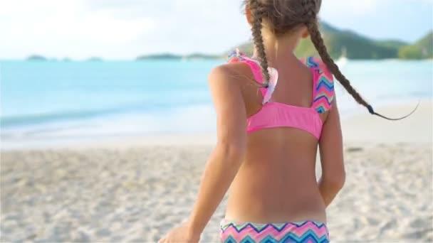 Rozkošné malé radostné holčičky baví na bílé pláži při západu slunce. Zpomalené Video