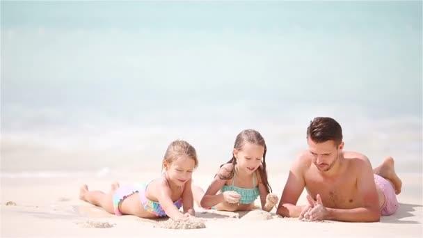 Otce a děti se těší letní tropickou dovolenou na pláži
