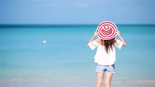 Junge schöne Frau, die Spaß am tropischen Meer hat. Glückliches Mädchen läuft am weißen Sandstrand
