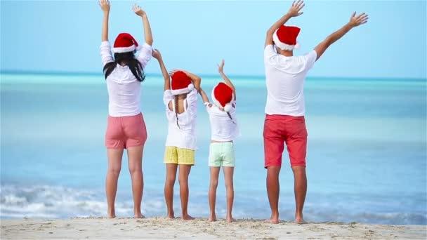 Šťastná rodina s dvěma dětmi v Santa Hat na vánoční dovolenou