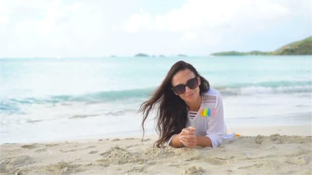 Fiatal gyönyörű nő a strandon a trópusi nyaralás alatt