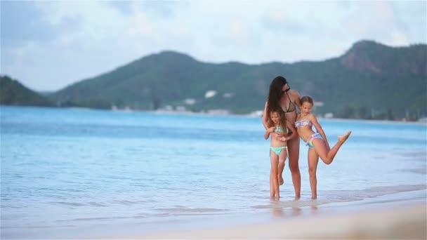 Gyönyörű anya és imádnivaló kis lánya a strandon